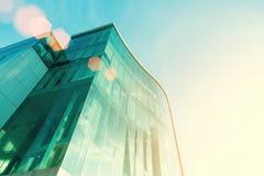 Alta costruzione moderna con il vetro nel tramonto con luce solare Affare Fotografia Stock Libera da Diritti