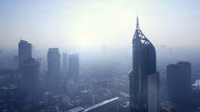 Alta costruzione moderna con l'inquinamento atmosferico Immagini Stock Libere da Diritti