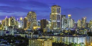 Alta costruzione moderna del centro urbano di affari di Bangkok a penombra Immagine Stock Libera da Diritti