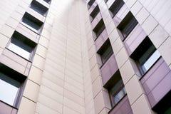 Alta costruzione moderna di aumento Mattonelle leggere Molte finestre Fotografie Stock