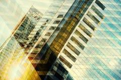 Alta costruzione moderna di vetro con il cielo blu e la nuvola al tramonto per Immagine Stock