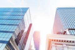 Alta costruzione moderna di vetro con il cielo blu e la nuvola al tramonto per Fotografia Stock Libera da Diritti
