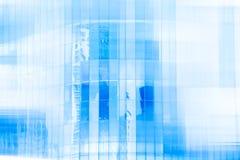 Alta costruzione moderna di vetro con il cielo blu e la nuvola a luce del giorno f Fotografia Stock