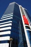 Alta costruzione moderna multistorey con una grande bandiera del turco in Iz Fotografia Stock