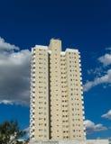 Alta costruzione moderna nella città Fotografia Stock