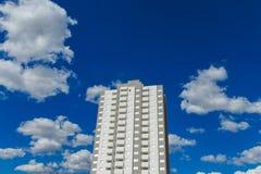 Alta costruzione moderna nella città Immagini Stock