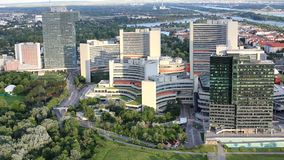 Alta costruzione moderna nella vista aerea del centro di affari di Vienna stock footage