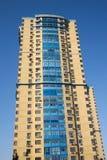 Alta costruzione multipiana moderna gialla sopra il chiaro cielo Fotografia Stock Libera da Diritti