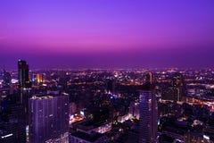 Alta costruzione nella città sul fondo di paesaggio urbano Fotografia Stock