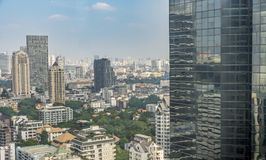 Alta costruzione nella priorità alta e paesaggio urbano su fondo Immagini Stock Libere da Diritti