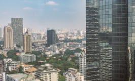 Alta costruzione nella priorità alta e paesaggio urbano vago su fondo Fotografia Stock Libera da Diritti