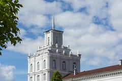 Alta costruzione quadrata con una guglia sul tetto sul backgr del cielo blu Immagini Stock Libere da Diritti