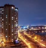 Alta costruzione residenziale con la strada e lago alla notte, all'aperto Fotografie Stock Libere da Diritti