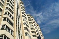 Alta costruzione residenziale moderna di aumento Fotografia Stock Libera da Diritti