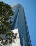 Alta costruzione sopra il cielo blu Fotografia Stock Libera da Diritti