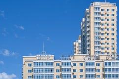 Alta costruzione sotto bluesky Immagine Stock