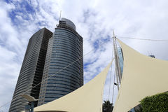 Alta costruzione sotto la nuvola bianca Immagine Stock Libera da Diritti