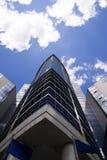 Alta costruzione su un fondo di cielo blu Fotografie Stock Libere da Diritti