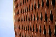 Alta costruzione urbana, mattone marrone-rosso, finestre Fotografie Stock Libere da Diritti