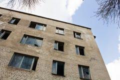 Alta costruzione vuota con le finestre rotte Immagini Stock