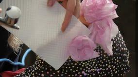 Alta-costura profissional O estilista cria uma imagem de um modelo na roupa com a ajuda de um aerógrafo e das pinturas video estoque