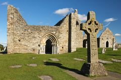 Alta cruz de las escrituras y de la catedral. Clonmacnoise. Irlanda Fotos de archivo libres de regalías