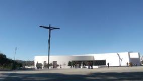Alta cruz en el santuario de Fátima imagenes de archivo