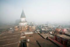 Alta cupola del tempio indù storico alla nebbia di mattina Fotografie Stock
