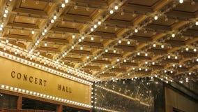 Alta definizione delle plafoniere della sala da concerto di lampeggiamento su broadway lungo una via 1080p di spettacolo stock footage