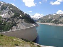 Alta diga sul lago della montagna nelle montagne Immagini Stock Libere da Diritti