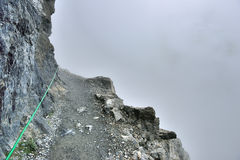 Alta e traccia alpina ripida e nebbia pesante in Glacier National Park Fotografia Stock Libera da Diritti