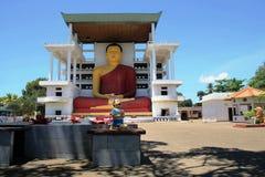 Alta estatua en un templo budista, Weherahena, Matara de Buda Imagenes de archivo