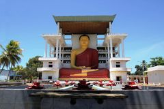Alta estatua en un templo budista, Weherahena, Matara de Buda Imagen de archivo libre de regalías