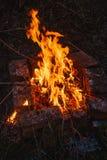 Alta fiamma di un falò Fuoco nella notte Immagini Stock Libere da Diritti