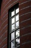 Alta finestra di una casa Fotografie Stock Libere da Diritti