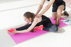 Alta flessibilità del corpo della donna adatta che allunga la sua gamba Fotografia Stock Libera da Diritti