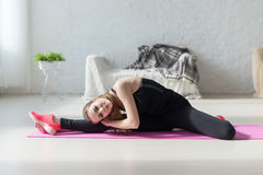 Alta flessibilità del corpo della donna adatta che allunga la sua gamba Immagini Stock Libere da Diritti