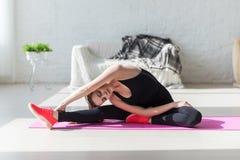 Alta flessibilità del corpo della donna adatta che allunga la sua gamba Fotografie Stock Libere da Diritti