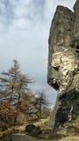 Alta formazione rocciosa nella zona turistica ceca Tiske steny in montagne hory di Krusne dentro nell'inverno senza neve Fotografie Stock Libere da Diritti