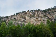 Alta formazione rocciosa scenica, punto di vista del bpttpm Fotografia Stock Libera da Diritti