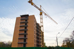 Alta gru della costruzione al cantiere Fotografie Stock