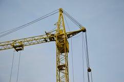 Alta gru della costruzione al cantiere Fotografia Stock