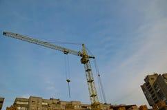 Alta gru della costruzione al cantiere Fotografie Stock Libere da Diritti