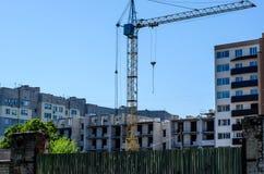 Alta gru di costruzione contro cielo blu Immagini Stock