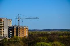 Alta gru di costruzione contro cielo blu Immagine Stock Libera da Diritti