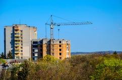 Alta gru di costruzione contro cielo blu Fotografia Stock
