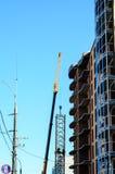 Alta gru di costruzione contro cielo blu Fotografie Stock Libere da Diritti