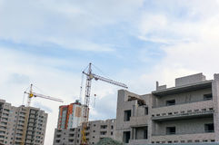 Alta gru gialla che costruisce una casa Fotografia Stock