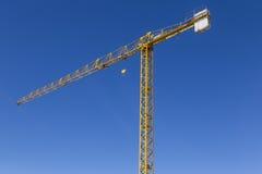 Alta gru su chiaro cielo blu Fotografia Stock Libera da Diritti
