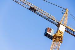 Alta gru a torre contro il cielo Fotografie Stock Libere da Diritti